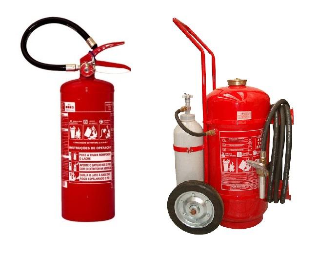 Exemplo de um extintor portátil (esquerda) e de um extintor sobre rodas (direita).