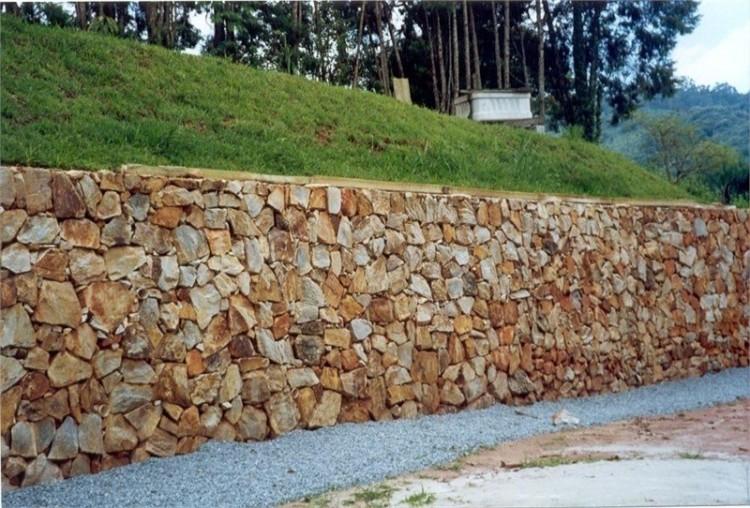 Muro de alvenaria de pedras