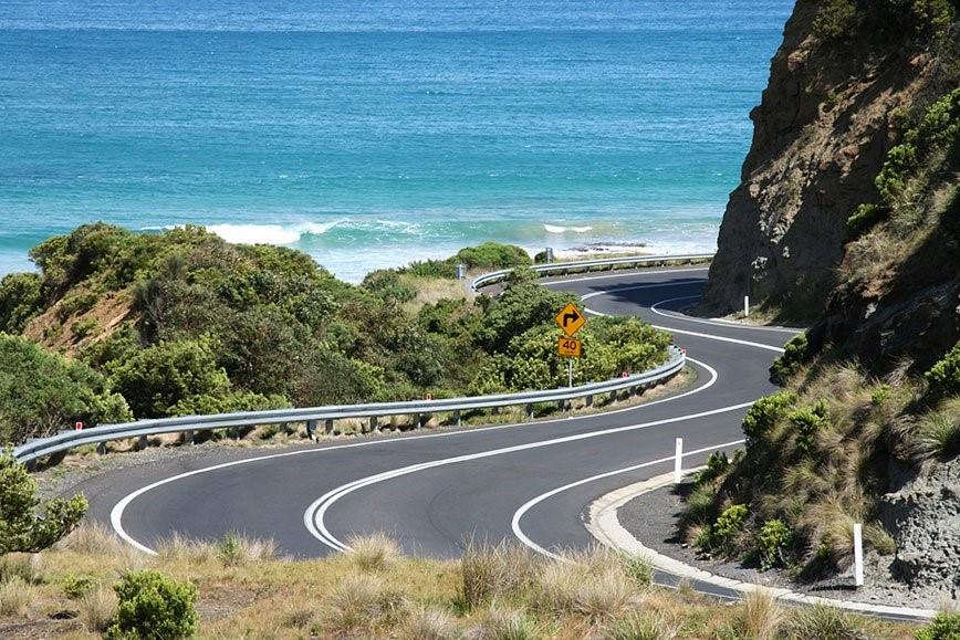Imagem de uma estrada contendo curvas horizontais sucessivas.