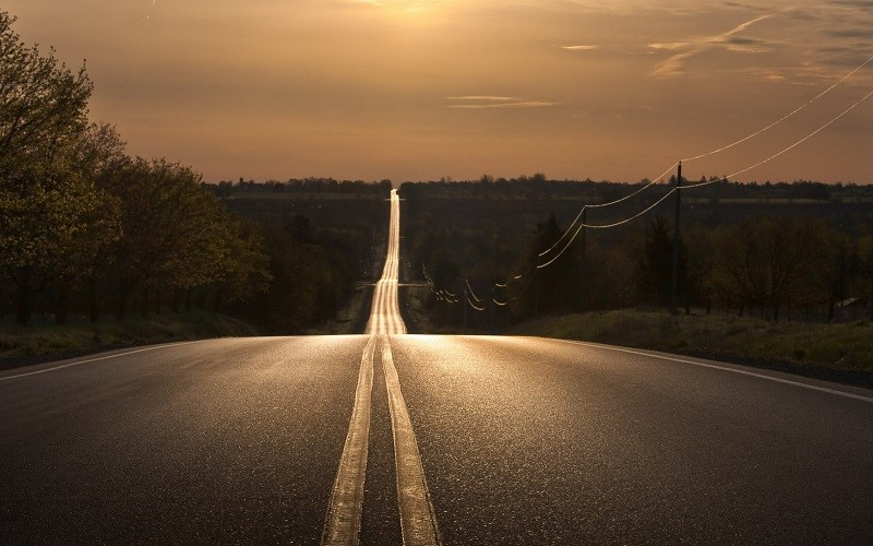 Imagem de uma estrada contendo curvas verticais sucessivas.