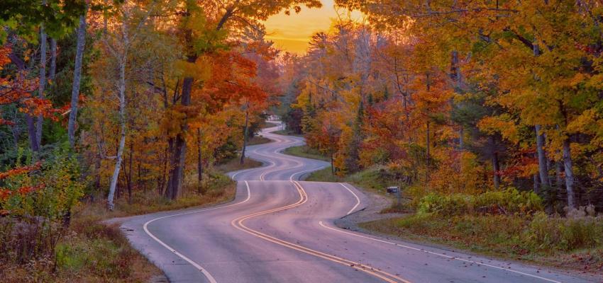 estrada no outono com curvas sucessivas